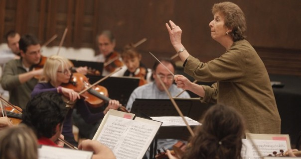 Jane Glover na visokim potpeticama diriguje na dan zaljubljenih