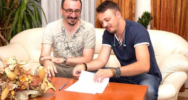 Daniel Kajmakoski potpisao ugovor sa izdavačkom kućom Menart