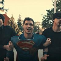 """Filip Dizdar kao supermen u novom spotu za pesmu """"Ona zna"""""""