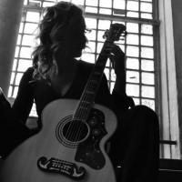 Kada Ivana uzme gitaru, ona postaje Manivi