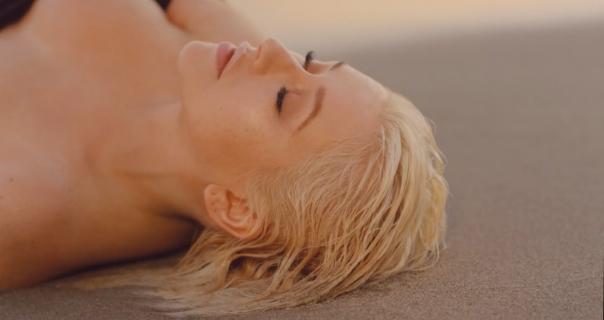 Christina Aguilera sad nudi i baladu