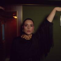 Jessie Ware snimila spot u Plavom vozu sa trubačima